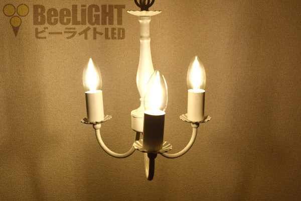 LED電球「BD-0417M-CANDLE」を点灯した様子
