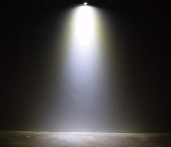 BeeLIGHTのLED電球「BH-0511M-BK-TW」の商品画像。実際の配光写真。
