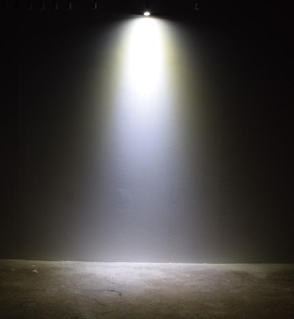 BeeLIGHTのLED電球「BH-0511M-WH-TW」の商品画像。実際の配光写真。