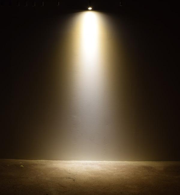 BeeLIGHTのLED電球「BH-0511M-WH-WW」の商品画像。実際の配光写真。