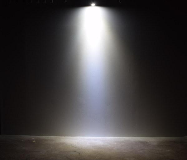 BeeLIGHTのLED電球「BH-0711N-BK-TW」の商品画像。実際の配光写真。