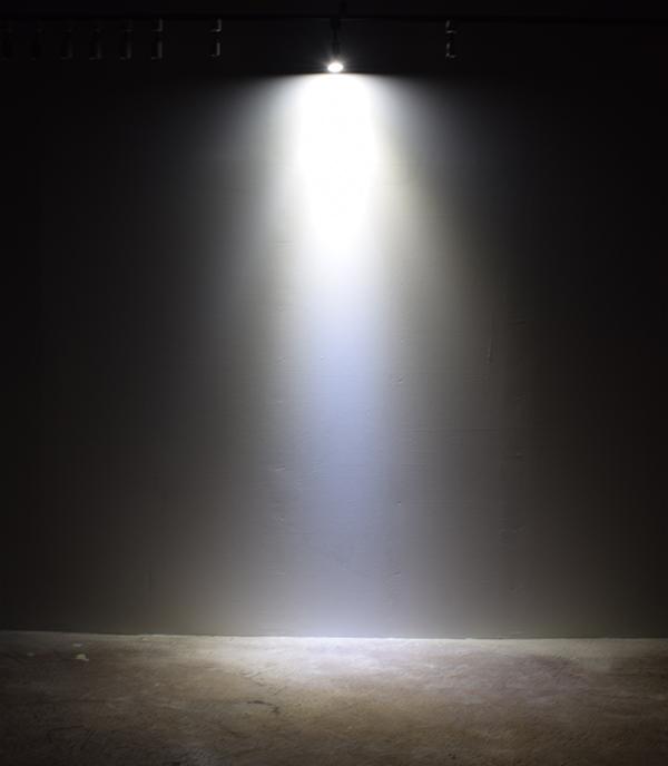 BeeLIGHTのLED電球「BH-0711N-WH-TW」の商品画像。実際の配光写真。