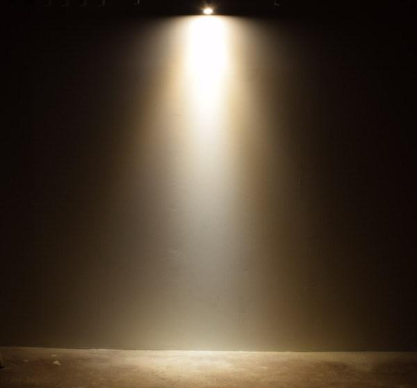 BeeLIGHTのLED電球「BH-0711NC-WH-WW」の商品画像。実際の配光写真。
