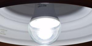 BeeLIGHTのLED電球「BD-0726-IP65 Clear-TW」の点灯写真。
