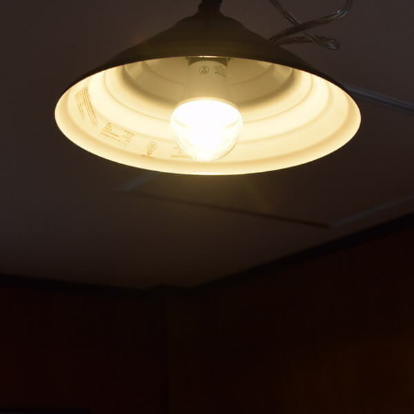 BeeLIGHTのLED電球「BD-0726-IP65 Clear-WW」の商品画像。実際の点灯イメージ。