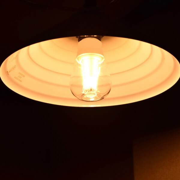 BeeLIGHTのLED電球「BD-1026C-Clear-2200」の商品画像。実際の点灯イメージ。