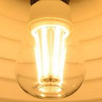 BeeLIGHTのLED電球「BD-1026C-Clear-2700」の点灯写真。