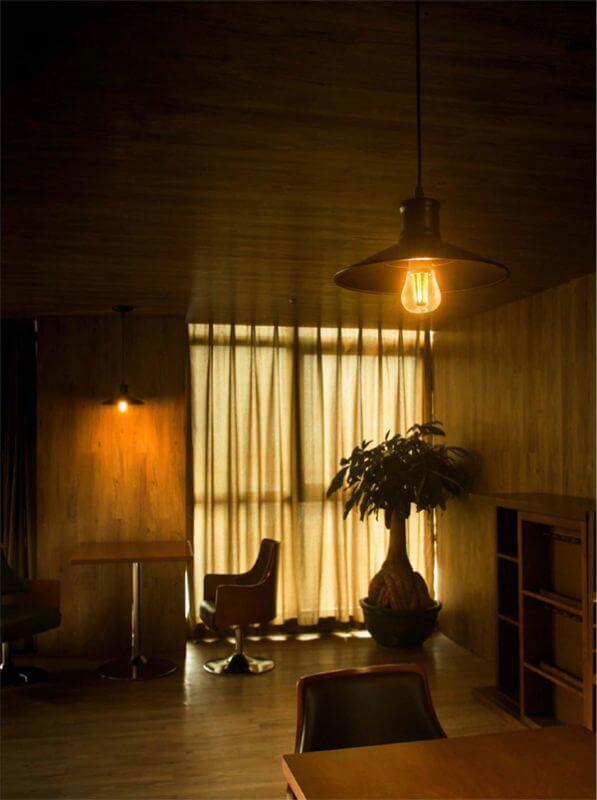 BeeLIGHTのLED電球「BD-1026C-Clear-Retro」の室内での点灯イメージ。