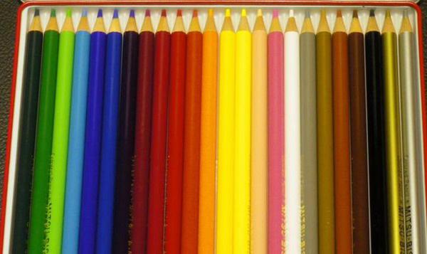 色鉛筆の写真素材。従来のLED電球で撮影。