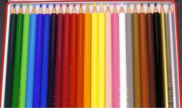 色鉛筆の写真素材。H2シリーズのLED電球で撮影。